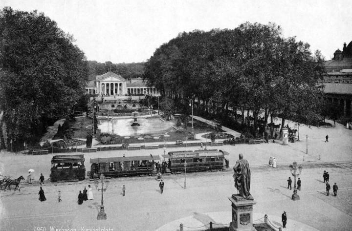 Die historische WIesbadener Straßenbahn vor dem alten Kurhaus