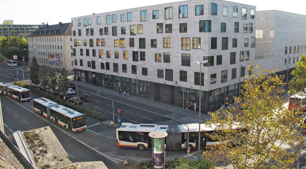 Buskonvoi in der Schwalbacher Straße aus der Vogelperspektive - vom Parkhaus des Citycenter gesehen.