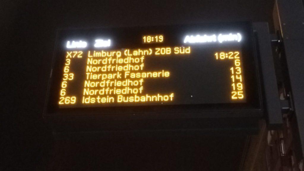 Dynamische Fahrgastinformation zeigt dicht hinereinader ankommende Busse der Linie 6