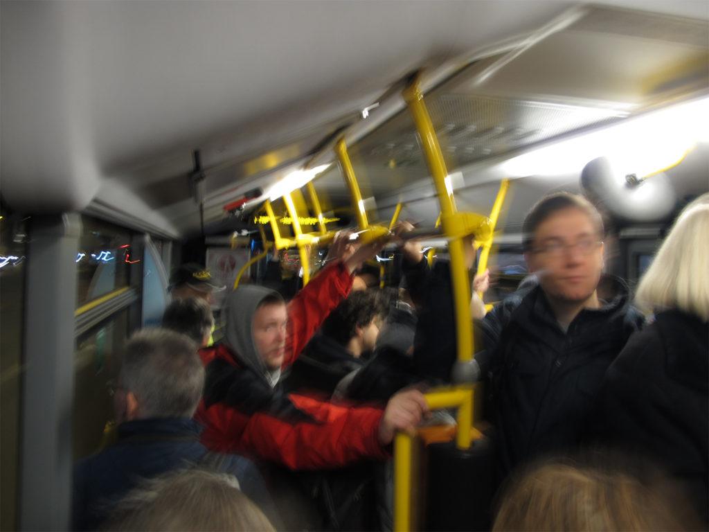 Gedrängel in einem vollen Wiesbadener Stadtbus