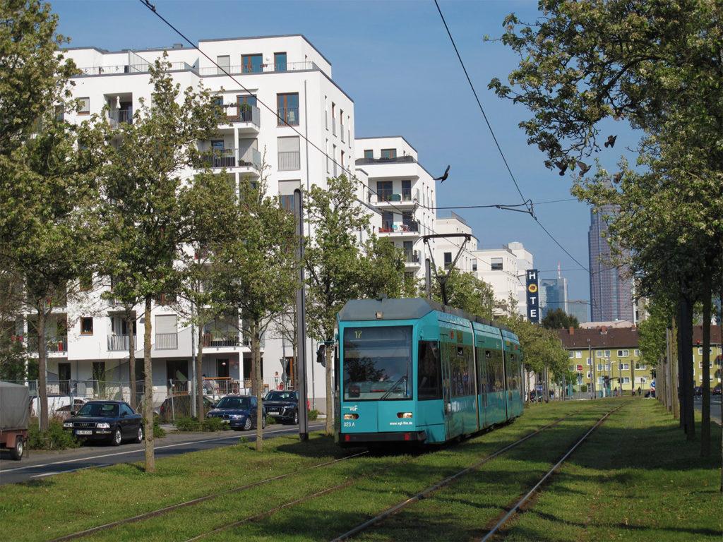 Straßenbahn in der Leonardo-da-Vinci-Allee in Frankfurt am Main