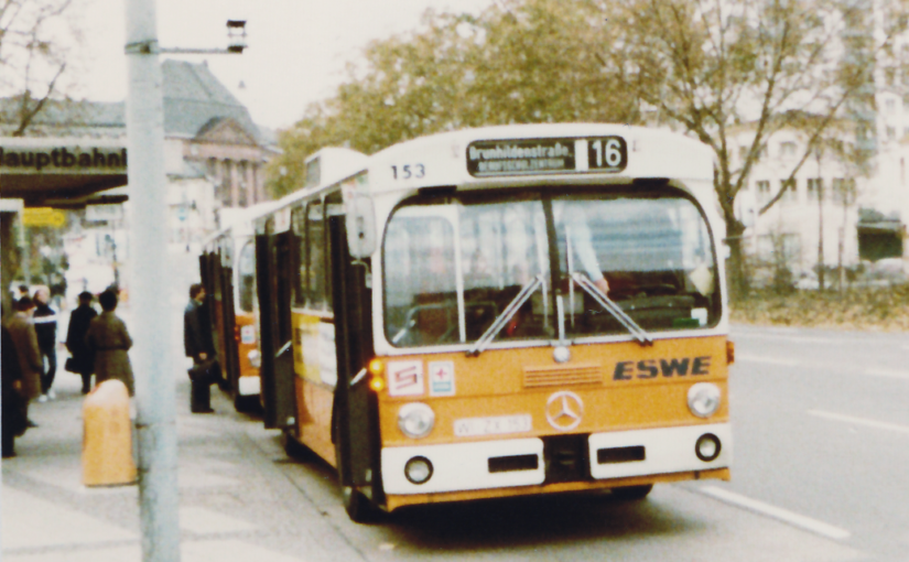 Busse am Wiesbadener Hauptbahnhof um 1980