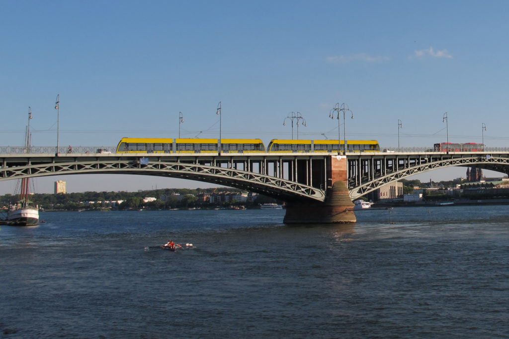 Theodor-Heuss-Brücke mit Citybahn (Fotomontage)