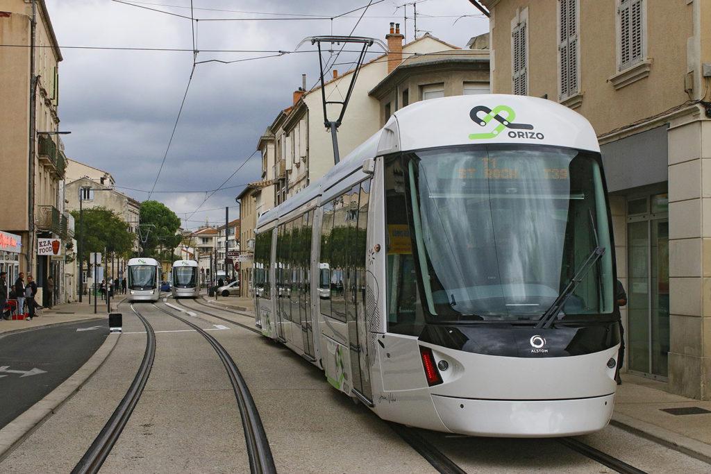 Straßenbahn in engem Straßenzug